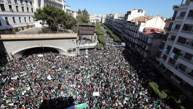Ogromne demonstracje w Algierii. Chcą odejścia 82-letniego prezydenta