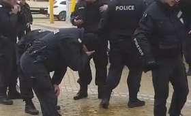 Policjanci użyli gazu przeciwko demonstrantom, ale… zagazowali się sami [WIDEO]