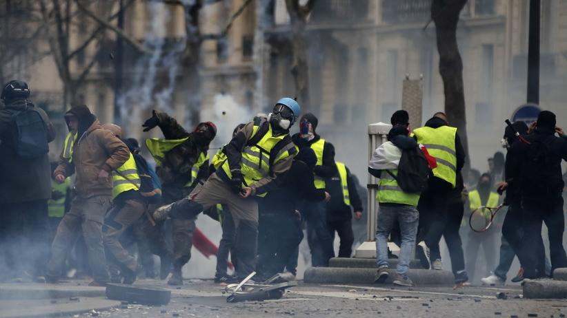 """Ponad setka rannych, ponad tysiąc zatrzymań. Bilans protestu """"żółtych kamizelek"""""""
