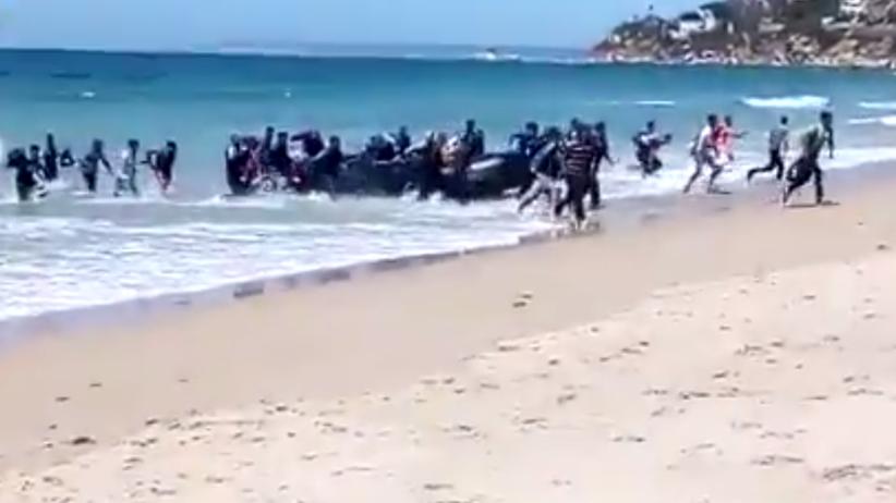 Ponton z migrantami przybił do plaży w Hiszpanii. Turyści w szoku [WIDEO]