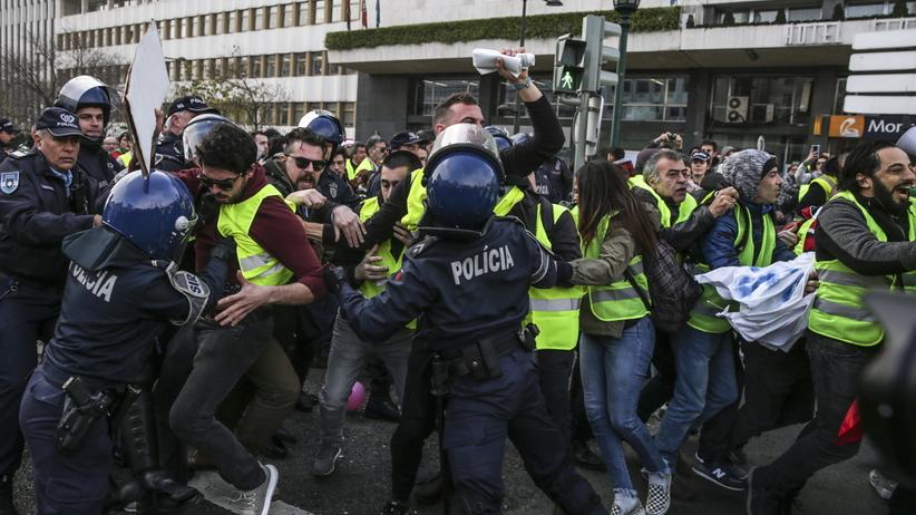"""""""Żółte kamizelki"""" w Portugalii. Policja rozbija protesty"""