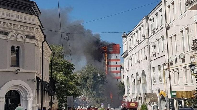 Potężny pożar 10-piętrowego domu mieszkalnego w Rostowie nad Donem w Rosji [WIDEO]