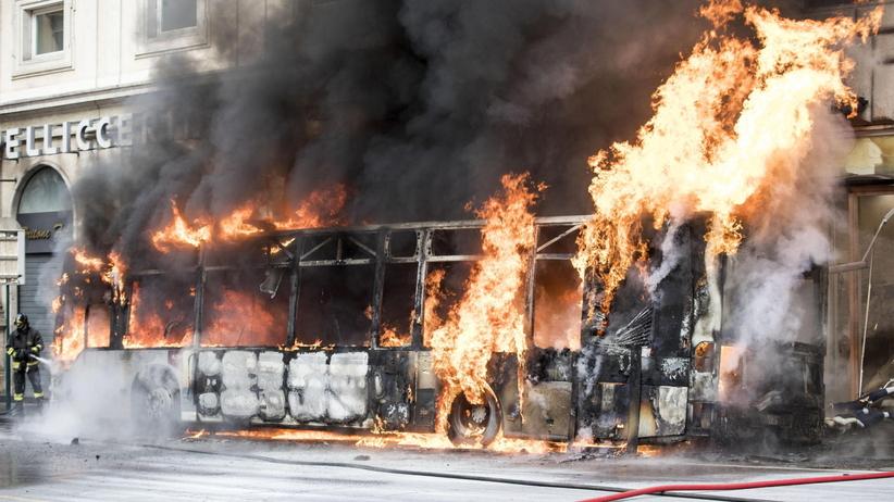 Włochy: Pożar autobusu w Rzymie obok Fontanny di Trevi [FOTO]