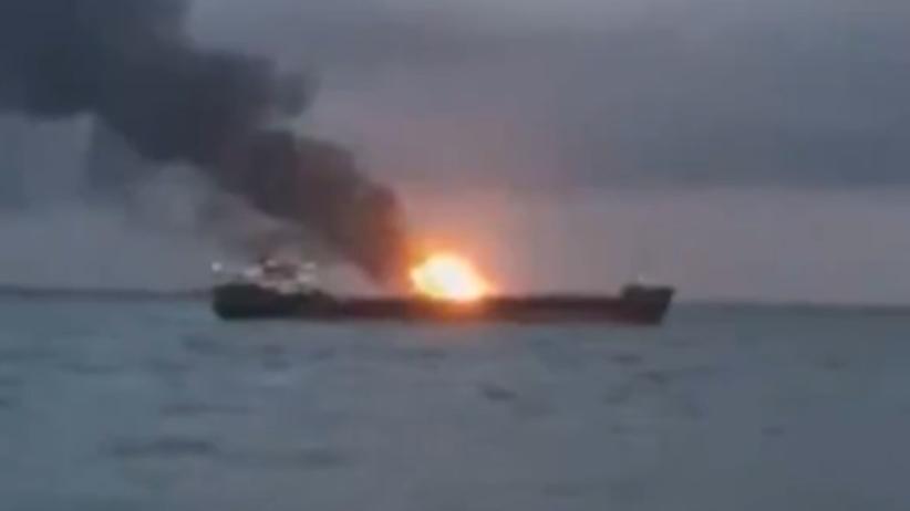 Pożar na dwóch statkach koło Cieśniny Kerczeńskiej. Marynarze wyskakiwali przez burtę [WIDEO]