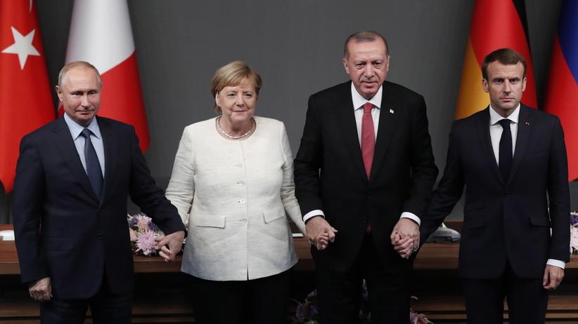 Putin, Merkel, Macron i Erdogan złapali się za ręce. Wymowny komentarz Dudy