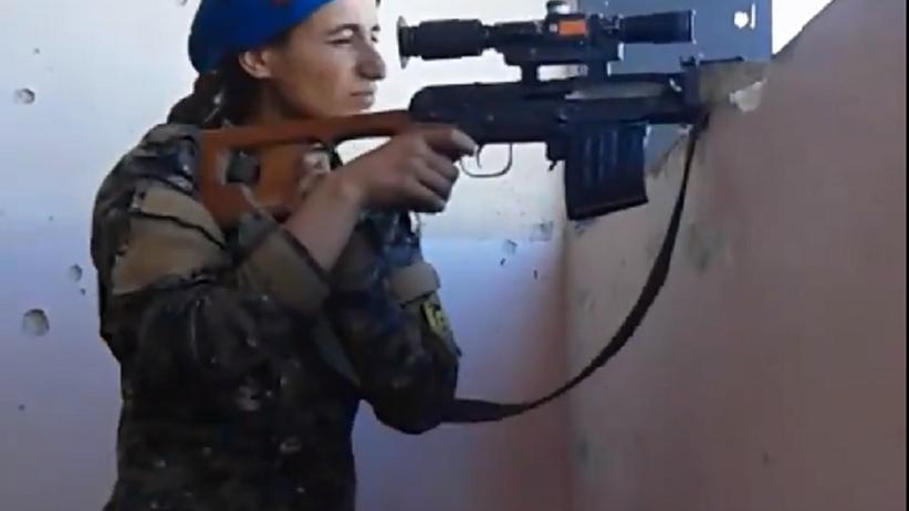 Pocisk minął głowę kurdyjskiej snajperki walczącej z ISIS. Jej reakcja bezcenna