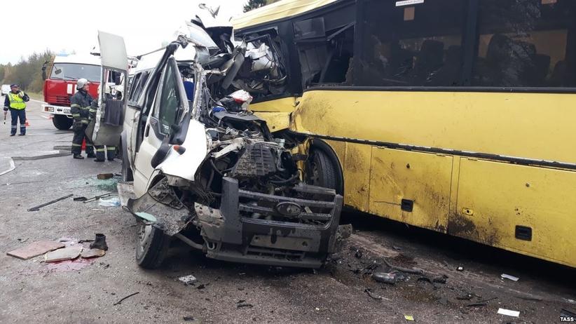 13 osób zginęło w czołowym zderzeniu mikrobusa z autobusem