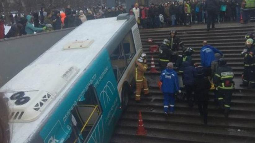 Moskwa: Autobus wjechał w przejście podziemne. Są ofiary