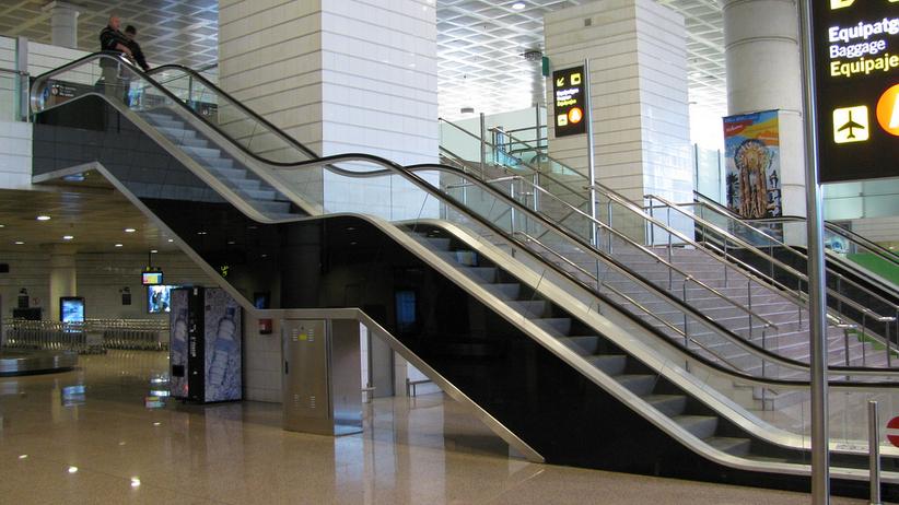 Hongkong: schody ruchome nagle ruszyły w dół. Ludzie tracili równowagę [WIDEO]