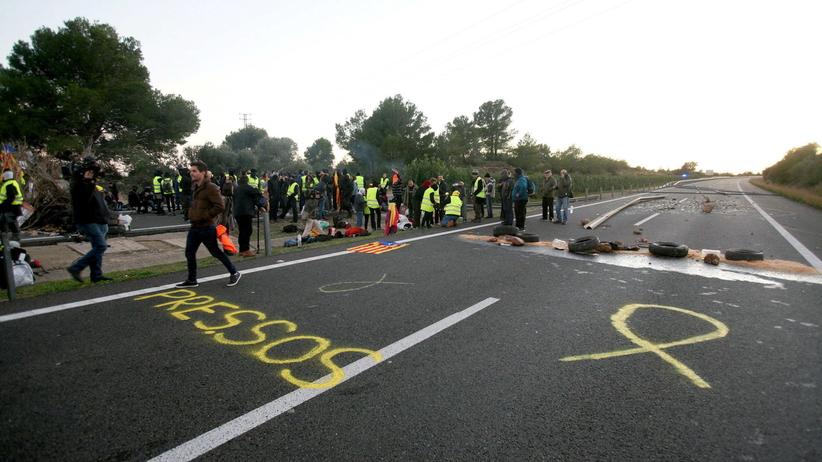 Separatyści zablokowali autostradę. Mają kamienie i kije [WIDEO]