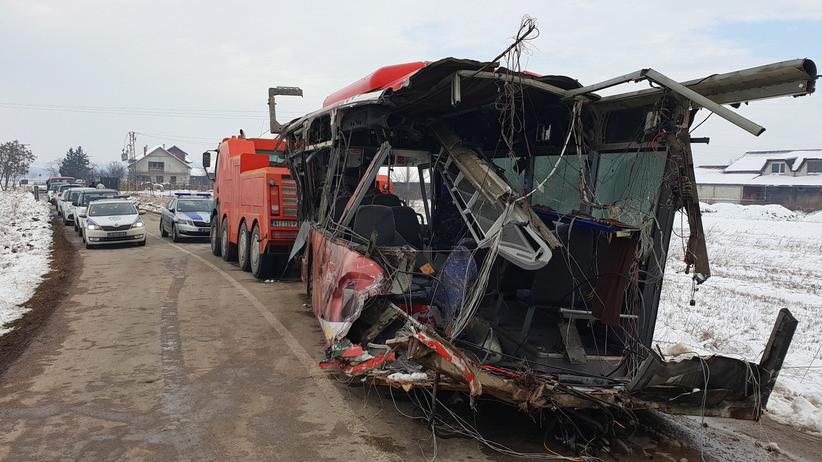 Pędzący pociąg przeciął przepełniony autobus na pół. Zginęło 5 uczniów. Dziesiątki rannych