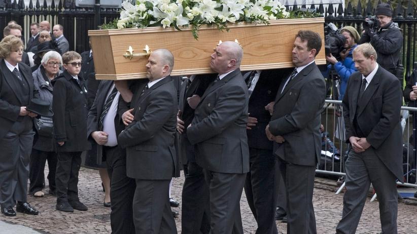 Setki ludzi na pogrzebie Stephena Hawkinga [FOTO]