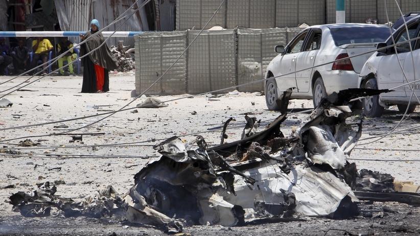 Zamach w Mogadiszu. Dziesiątki ludzi uwięzione przez terrorystów
