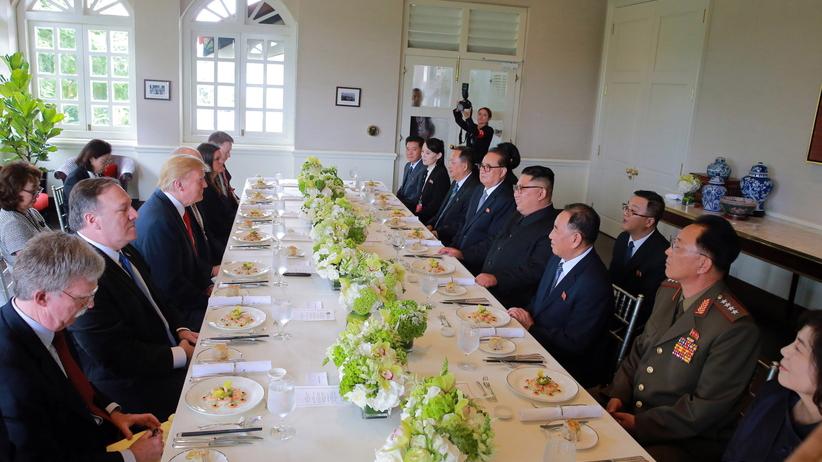 Spotkanie Donald Trump–Kim Dzong Un. Ten gest jest mocno krytykowany [WIDEO]