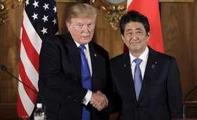 Trump z wizytą w Japonii. W osobliwy sposób karmił ryby z premierem Shinzo [WIDEO]