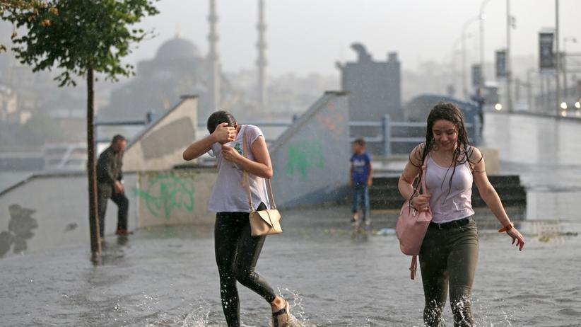 Rzeki na ulicach i grad w Stambule [WIDEO]
