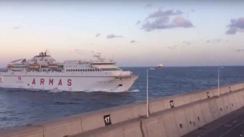 Rozpędzony statek wbiłsię w betonowy port w Las Palmas [WIDEO]