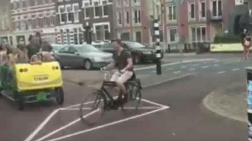 """Tak wyglądają szkolne """"autobusy"""" w Holandii [WIDEO]"""