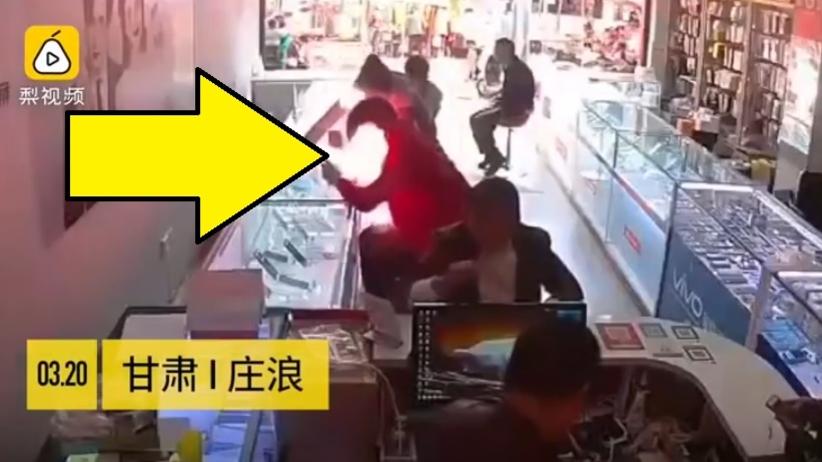 Telefon wybuchł mężczyźnie w rękach, gdy próbował wyjąć baterię [WIDEO]