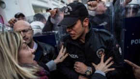 Policja rozpędziła kilkutysięczną demonstrację kobiet. Użyto gazu łzawiącego [WIDEO]