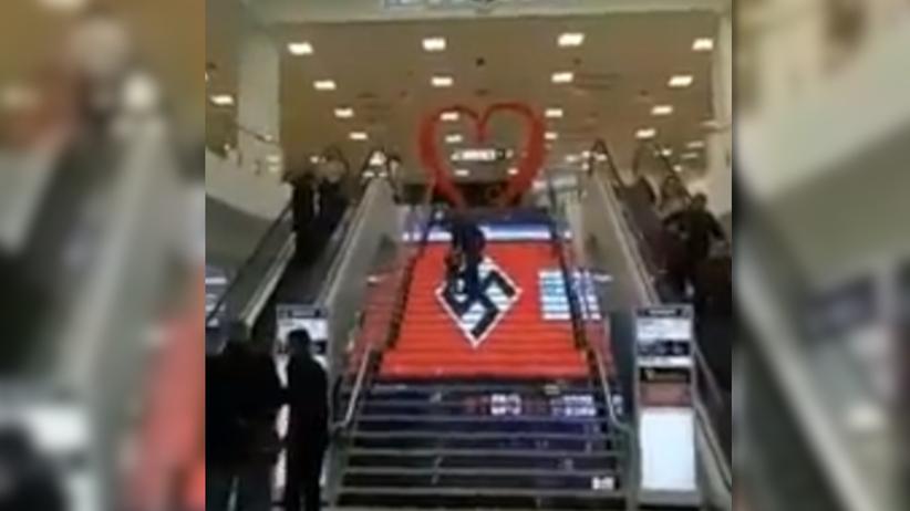 Skandal w centrum handlowym. Schody zdobiła gigantyczna swastyka