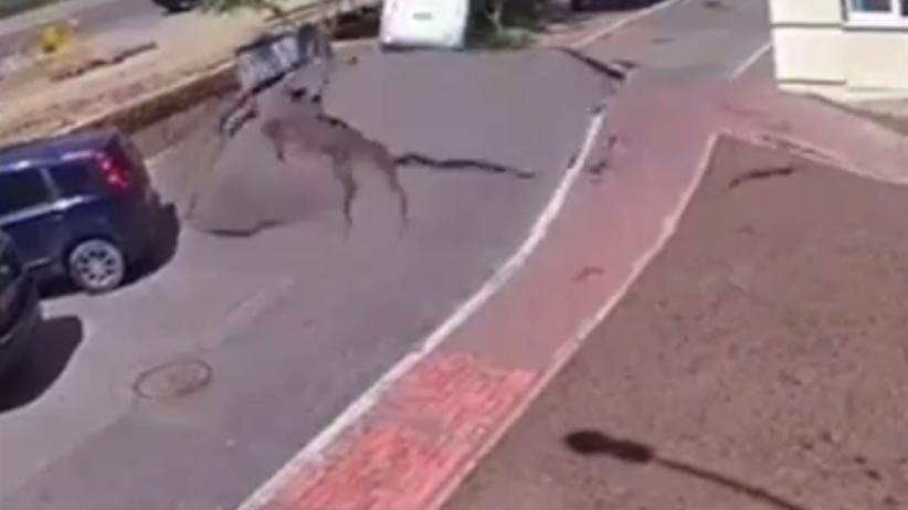 Widowiskowa eksplozja rury wodnej w Kijowie [WIDEO]