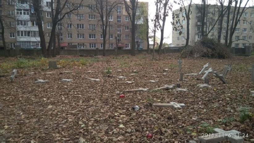 Na Ukrainie zdewastowano polski cmentarz. Dziesiątki porozbijanych krzyży