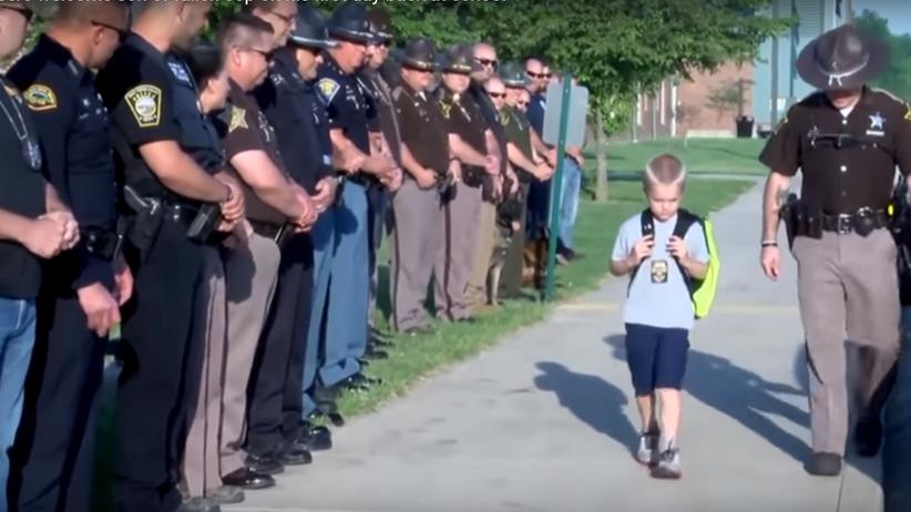 USA: Policjanci odprowadzają syna zmarłego kolegi do szkoły [WIDEO]