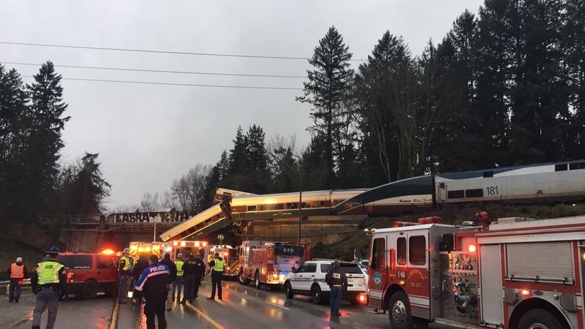 USA: rozpędzony pociąg spadł z wiaduktu. 6 osób nie żyje [FOTO]