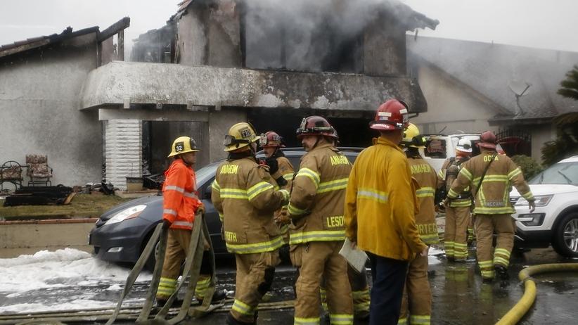 """Samolot rozpadł się w powietrzu. Jego fragmenty spadły na dom. """"Zginęło pięć osób"""" [WIDEO]"""