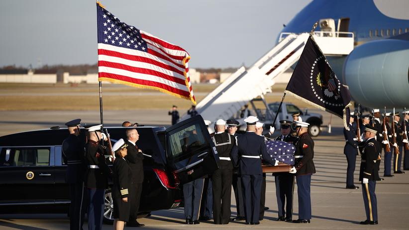 USA. Trumna z ciałem George'a Busha seniora wystawiona w Kapitolu