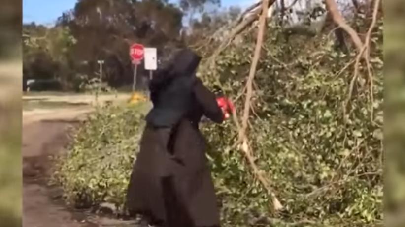Zakonnica z piłą łańcuchową sprząta po huraganie Irma [WIDEO]
