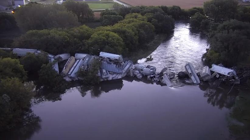Zawalił się most. Pociąg runął do rzeki [WIDEO]