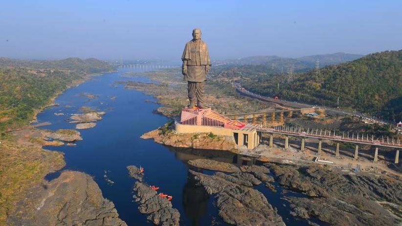 W Indiach odsłonięto najwyższy pomnik na świecie. Mierzy 182 metry