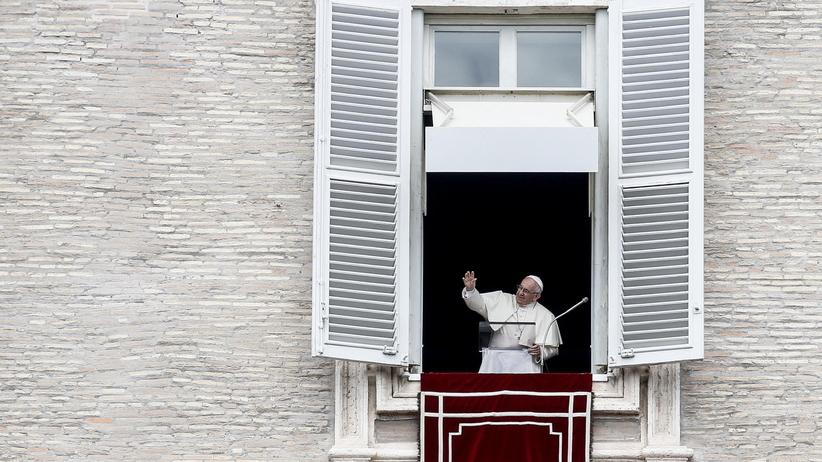 Watykan. Papież Franciszek podczas modlitwy Anioł Pański