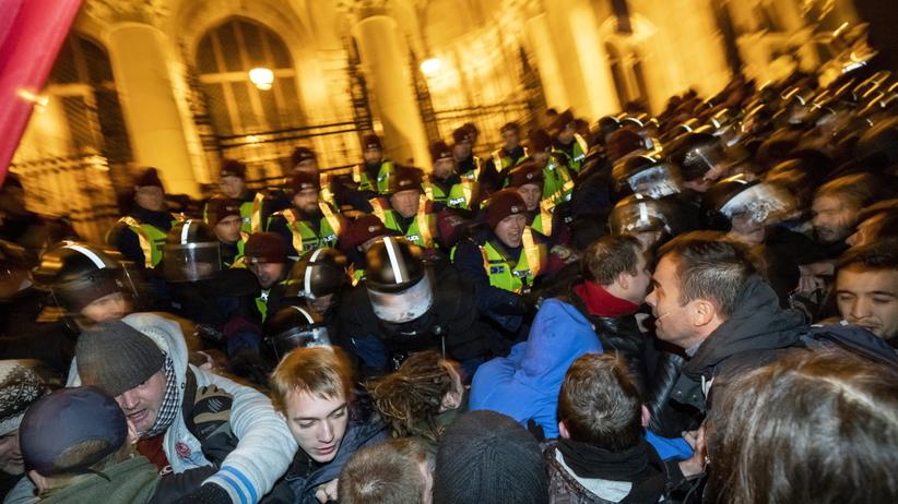 Starcia z policją podczas demonstracji w Budapeszcie. Użyto gazu łzawiącego