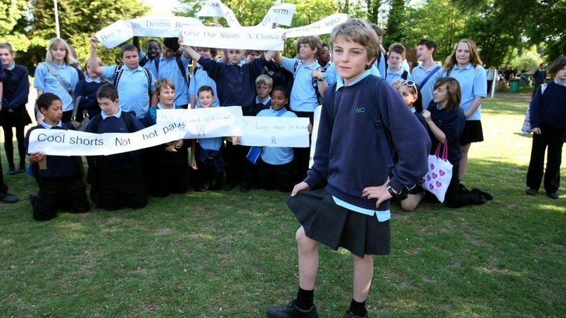 Chłopcy z brytyjskiej szkoły założyli spódnice. To bunt wobec zakazu noszenia krótkich spodenek