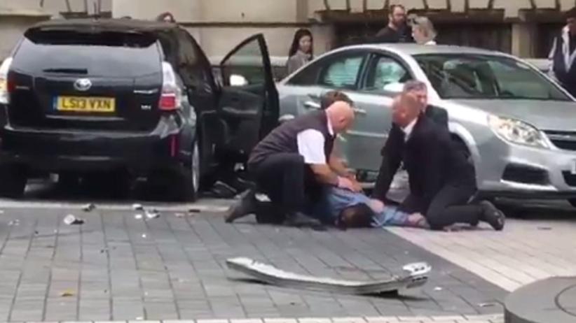 Londyn: Samochód wjechał w ludzi na chodniku