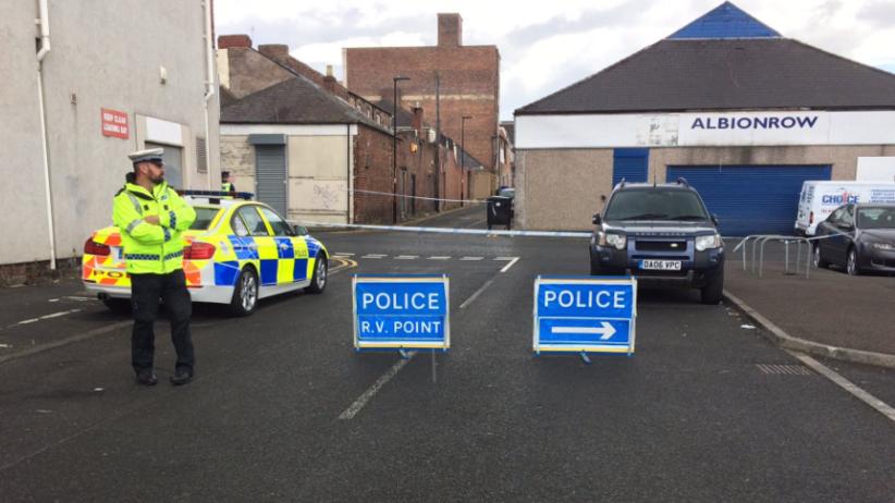 Brytyjska policja: Uzbrojony w nóż napastnik wziął zakładników w Newcastle