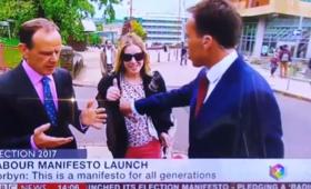 Ogromna wpadka dziennikarza BBC. Chwycił kobietę za... biust! [WIDEO]