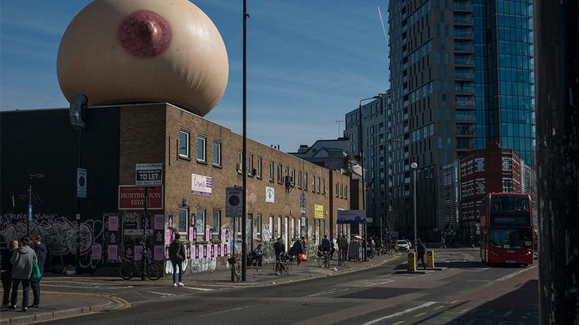 Wielka pierś na ulicach Londynu. Nietypowy pomysł z okazji Dnia Matki