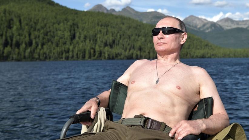 Wakacyjna twarz Władimira Putina. Odsłonięty tors i łowienie szczupaka [ZDJĘCIA]
