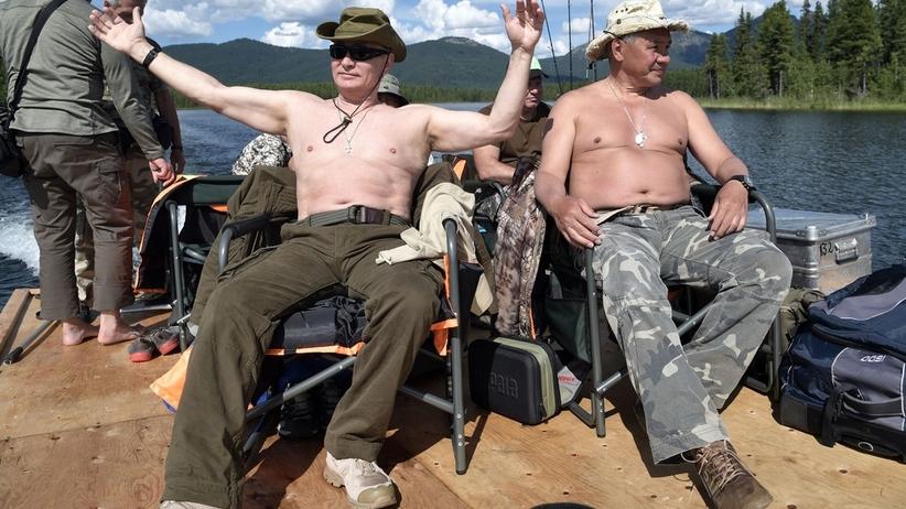 Władimir Putin na wakacjach. Łowi szczupaki gołymi rękami [GALERIA]