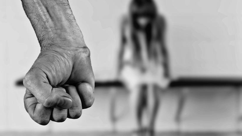 Włochy: 26-letnia Polka brutalnie zgwałcona na plaży na oczach męża