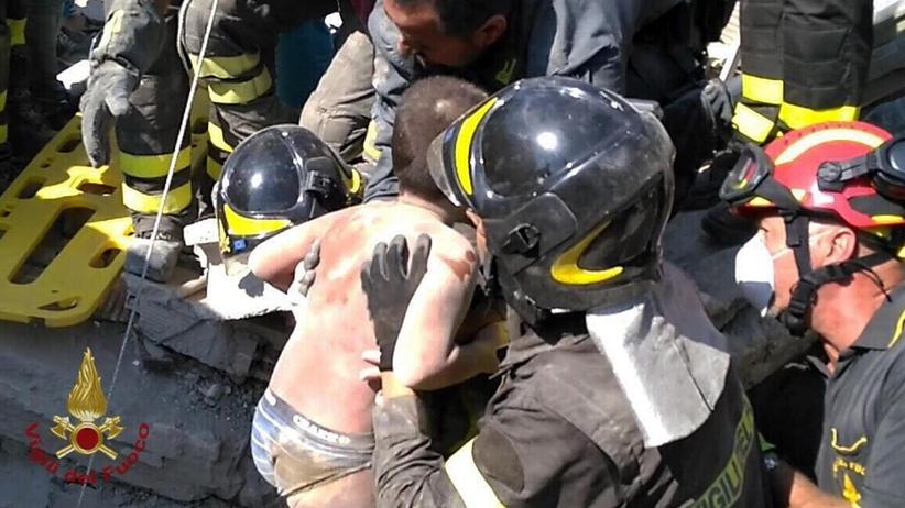 Trzęsienie ziemi we Włoszech: strażacy wyciągnęli spod gruzów 11-latka