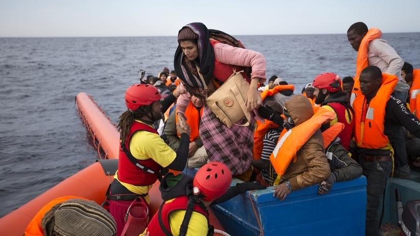 Niektórzy uchodźcy przypływają do Europy jachtami. Pomagają im Rosjanie i Ukraińcy