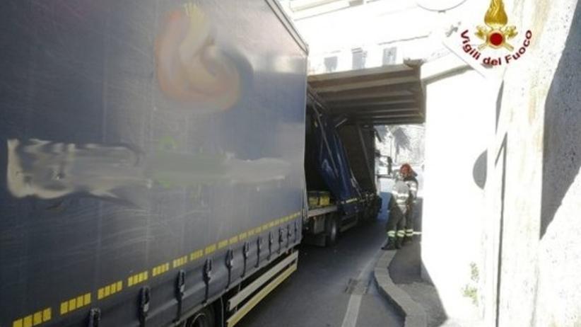 Polski kierowca spowodował chaos komunikacyjny w Genui. Jego tir utknął pod wiaduktem
