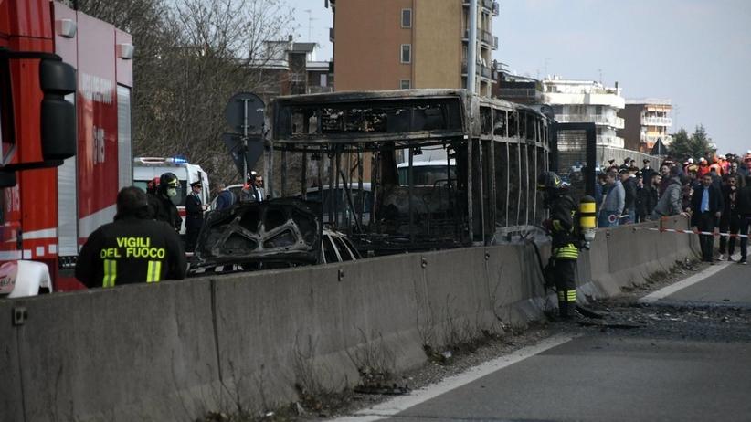PORWAŁ autobus z dziećmi i PODPALIŁ. 14 osób w szpitalu [WIDEO]