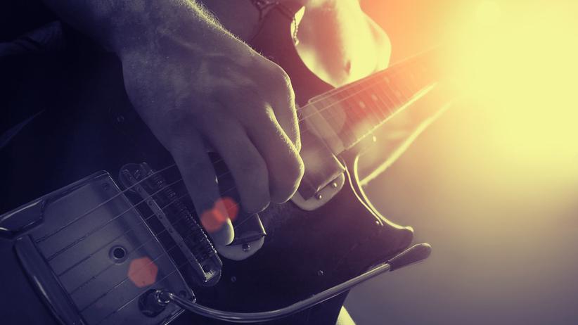 Przez całe noce grał na gitarze elektrycznej. Chciał zmusić sąsiadki do wyprowadzki