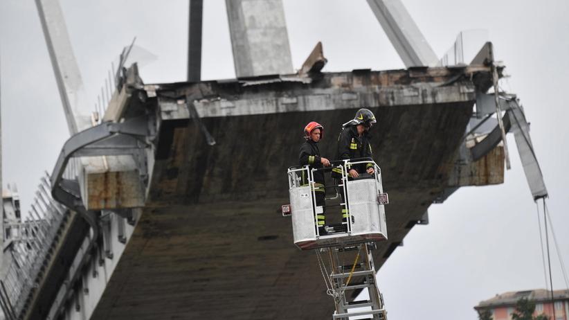 Włochy. Ratownicy przeszukują gruzowisko po zwaleniu się mostu